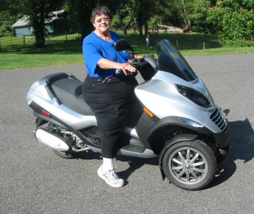 motorcycle pictures of the week - women: 2007 piaggio mp3 250